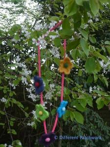 Vilt z2014 ketting 5 kleine bloemen gewaarmerkt